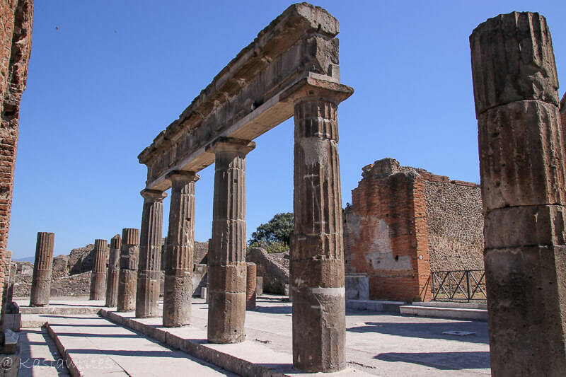 roman arches in Pompeii